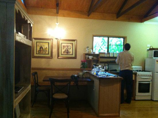 Crater Lakes Rainforest Cottages: kitchen
