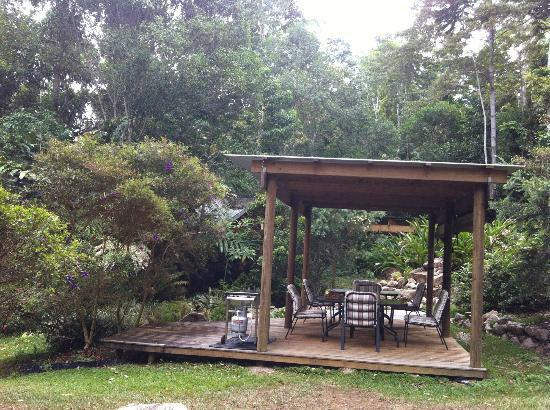 Crater Lakes Rainforest Cottages: common covered veranda