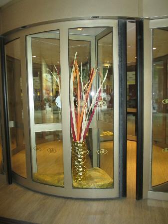 كراون بلازا هوتل بكين وانج فو جينج: Very unusual circular entry doors 