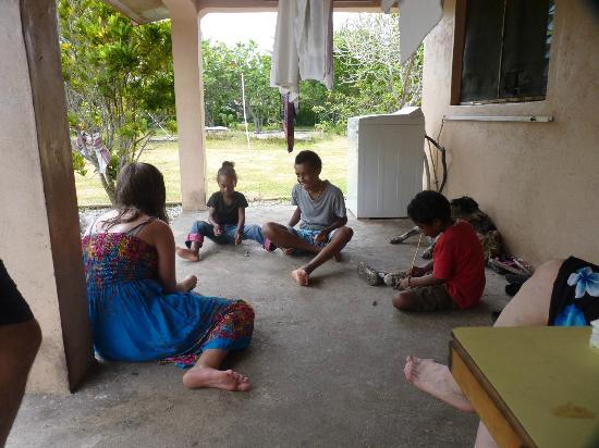 Jabsina Guest House: Kids playing 5 Stones