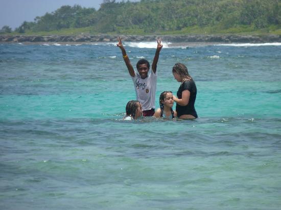 Jabsina Guest House: Kids swimming in the blue pool at Honeymoon Beach