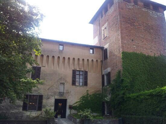 Castello di Roppolo: ingresso al ristorante e all'enoteca del castello
