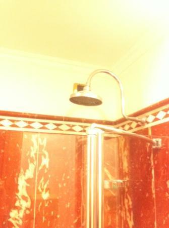 Marconi Hotel: doccia e calcare