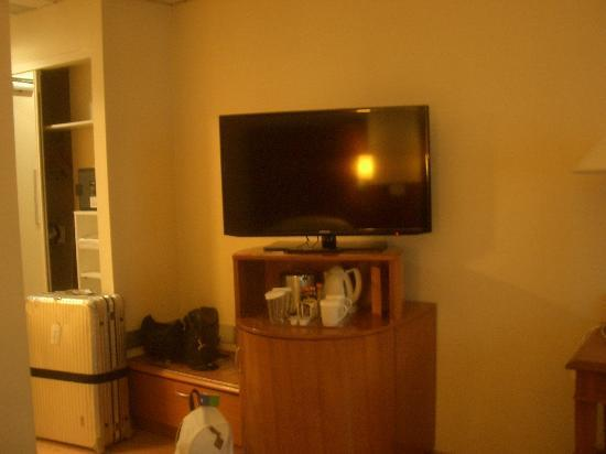 Hilton Rome Airport Hotel: The TV set.