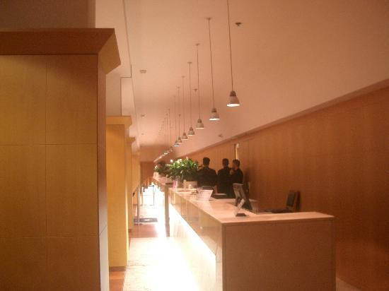 Hilton Rome Airport Hotel: The front desk.