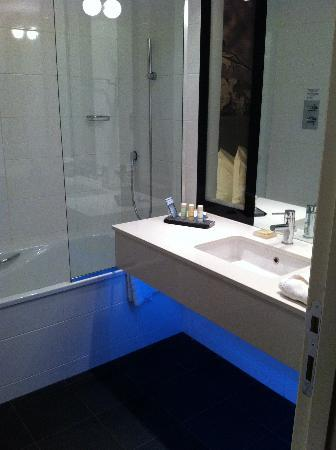 Radisson Blu Hotel, East Midlands Airport: Glam lighting in bathroom