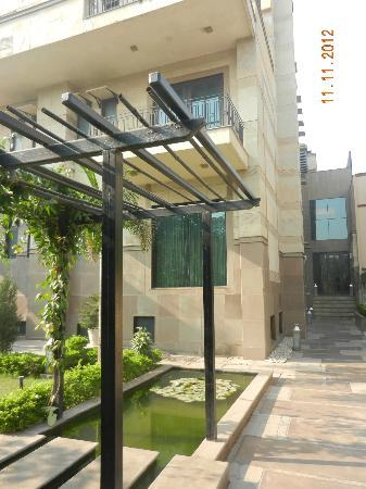 juSTa Gurgaon Hotel: Garden from the front entrance