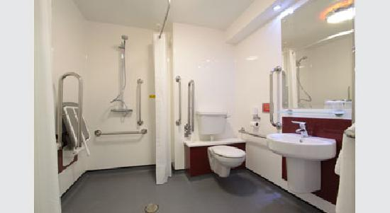Travelodge Warrington Gemini: Accessible bathroom
