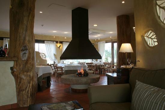 Hotel Rural Llano Tineo: Chimenea en el centro del comedor, nada como comer al rededor del fuego cuando hace frio fuera