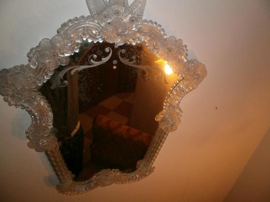 Ca Formosa: Specchio sporco con insetti decorativi