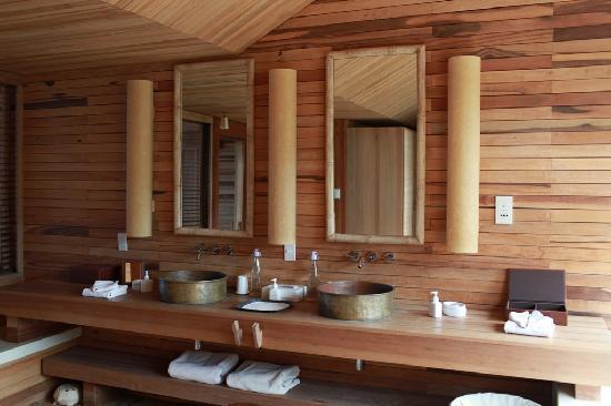 ซิกซ์เซนเซส รีสอร์ท กงด๋าว: Stylish eco-friendly bathroom