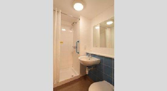 Travelodge Birmingham Central Broadway Plaza Hotel: Bathroom with shower