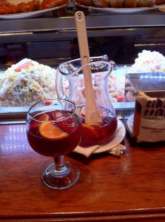 Ciudad Condal: Un bicchiere di Sangria nell'attesa