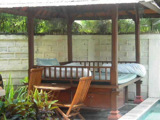 Sunhouse Guest House: Cabana by the pool