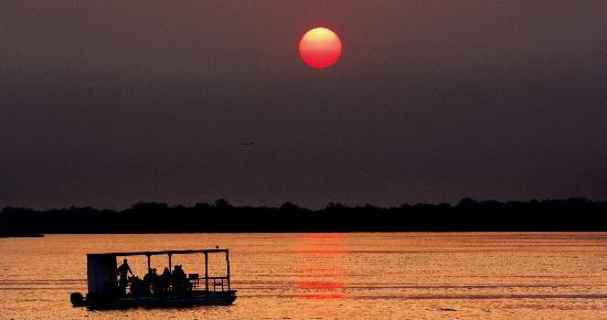 Gorges and Little Gorges Lodge: A sunset dinner cruise on the Zambezi can be arranged
