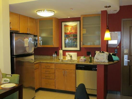 Residence Inn by Marriott Miami Airport: Well stocked kitchen area