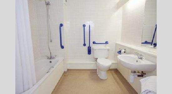 Travelodge Thame Hotel : Accessible bathroom
