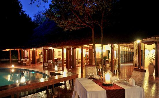 Imbali Safari Lodge: Dining by Lantern