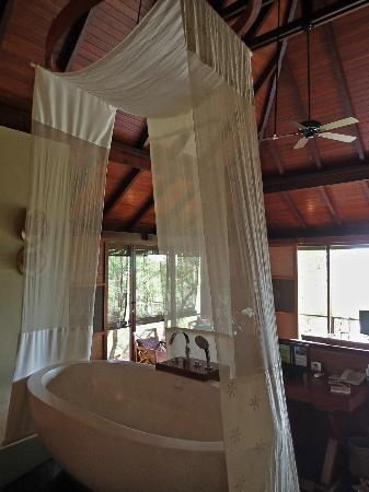 Villa Zolitude Resort and Spa: Bathtub