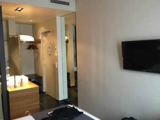 Fred Hotel: le lavabo dans la chambre