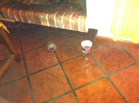 Diego se bañó y dejó mojado el piso
