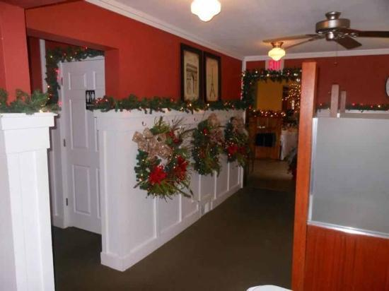 The Radish Dining and Catering: Come in during the Holiday season! The decor is unbelievable!