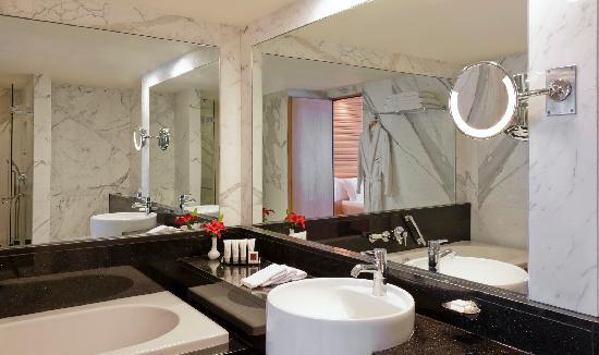 Lugal A Luxury Collection Hotel : Black and marbels bathrooms are the signature of luxury.