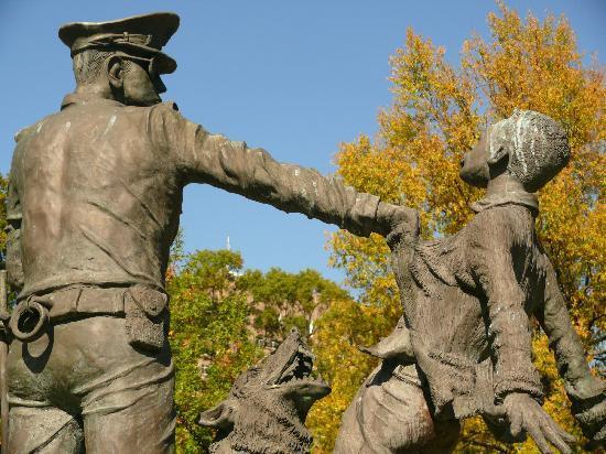 Kelly Ingram Park: A large number of sculptures in Ingram Park depict scenes from the 1960s