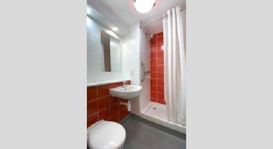 Travelodge Caerphilly Hotel: Bathroom with shower