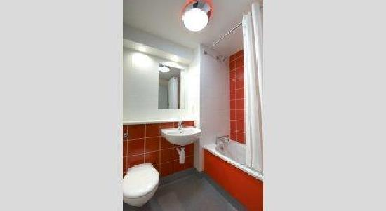 Bathroom With Bath Picture Of Travelodge Caerphilly Hotel Caerphilly Tri