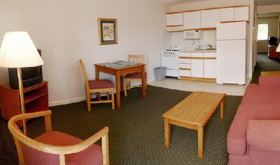 Affordable Suites Graham: kitchen