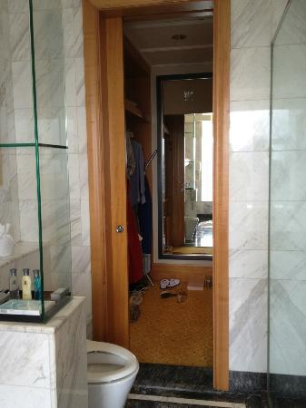 The Ritz-Carlton Jakarta, Mega Kuningan: Wardrobe attached to Bathroom