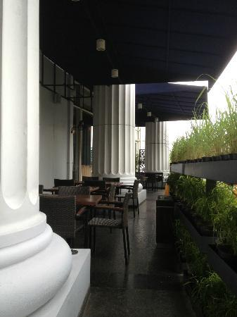 The Ritz-Carlton Jakarta, Mega Kuningan: Smoking area