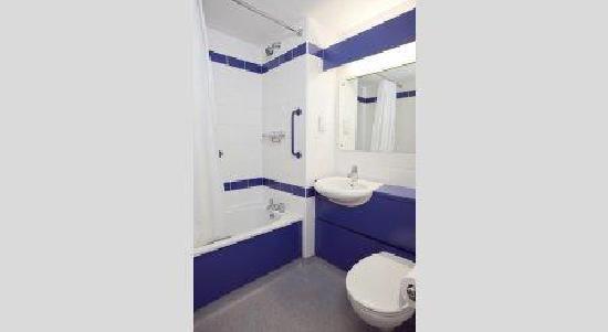Travelodge London Kew Bridge: Bathroom with bath