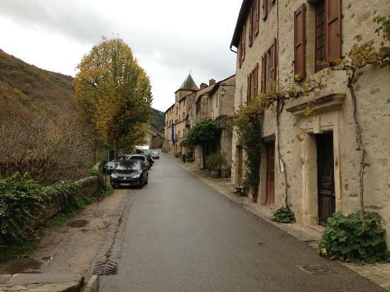 Le Relays du Chasteau: Rue principale du village de Brousse le château