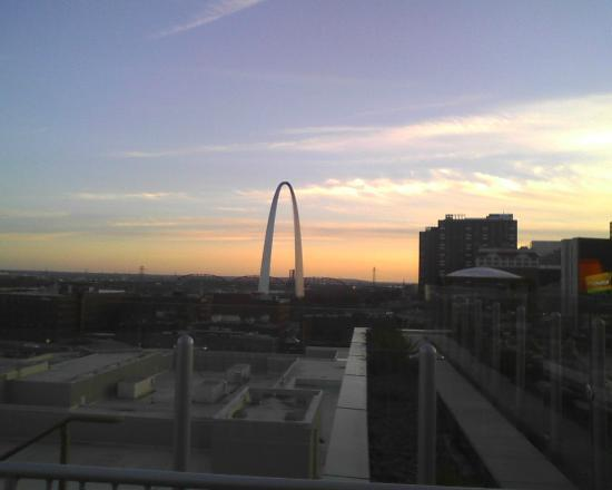 Four Seasons Hotel St. Louis: Morning view of the arch from sun deck