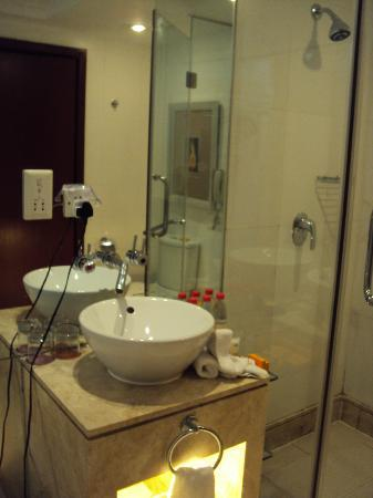 Mercure Xian on Renmin Square: Great bathroom with shower and bathtub separated