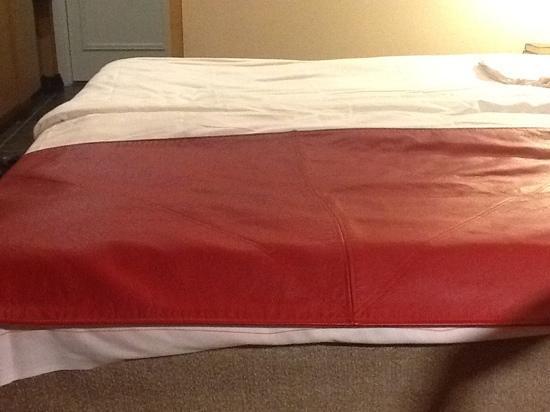 أوريجينال سوكوس هوتل هيلسينكي: Leather(?) bed cover