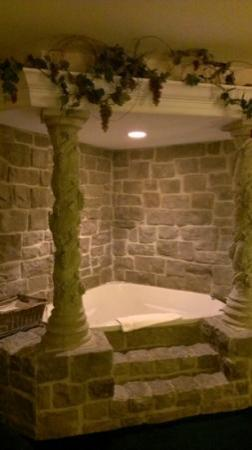 Osage Village Inn: themed jacuzzi tub