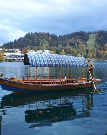 Hotel Jelovica Bled: barche caratteristiche per raggiungere l'isoletta