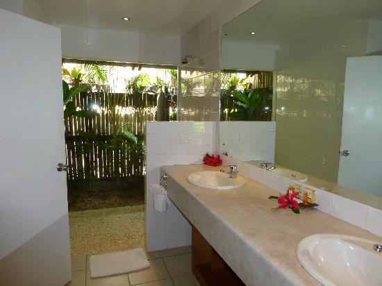 Wananavu Beach Resort: Shower with a view, great water pressure as well