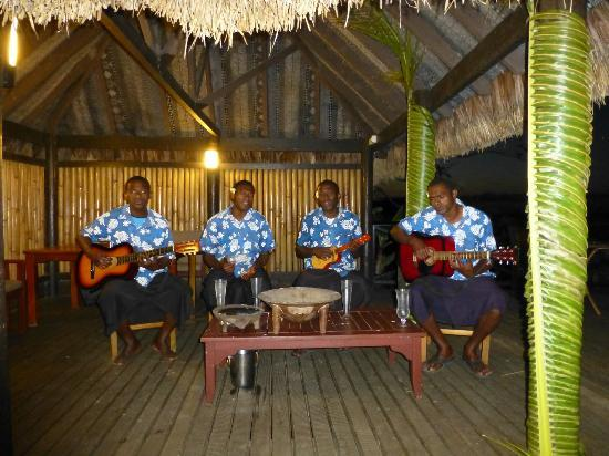 Wananavu Beach Resort: Live music with lunch and dinner every day