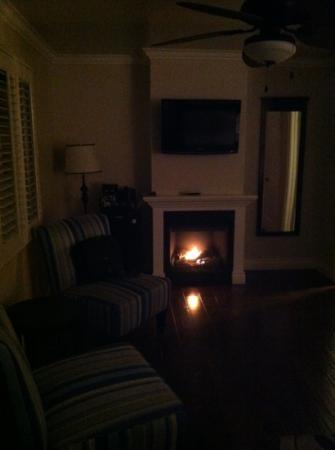 Beach Bungalow Inn and Suites: warm inviting room
