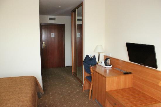 Warminski Hotel & Conference: Room door, closet. desk