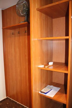 Warminski Hotel & Conference: Closet & table fan