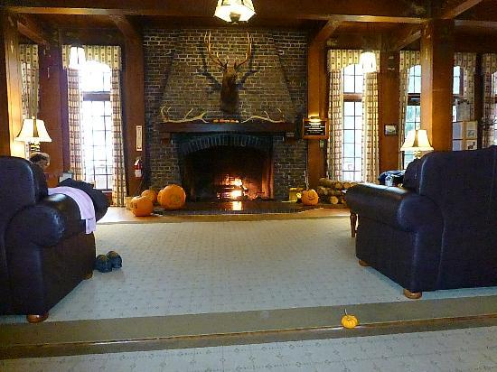 Lake Quinault Lodge: Fireplace room