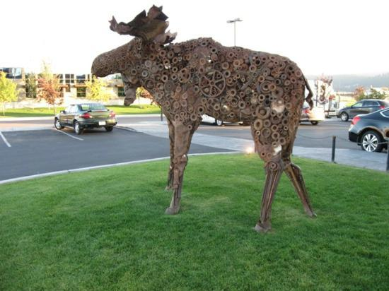 ‪هيلتون جاردن إن كاليسبيل: Metallic Moose outside MacKenzie River Pizza Restaurant.