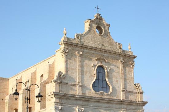 Santuario di Santa Lucia : facciata principale della chiesa superiore