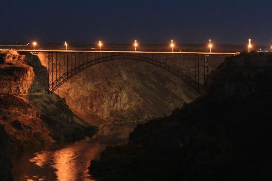 Canyon Crest Dining & Event Center: Bridge at night