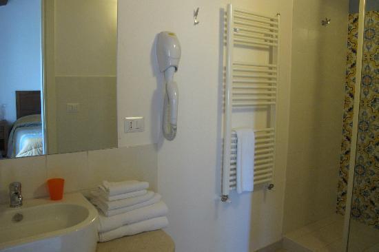 Hotel Feudo Vagliasindi: Et udsnit af badeværelset. Skift af håndklæder så ofte vi ønsker